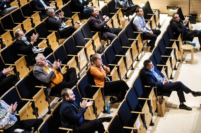 Ratkaisun hetki. Kaustiselle etäkokoukseen kokoontuneet Keski-Pohjanmaan keskustalaiset ovat juuri saaneet kuulla Annika Saarikon voittaneen puheenjohtajavaalin ensimmäisellä kierroksella.