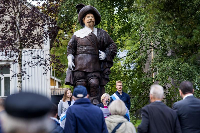 Uljas puinen Kustaa II Adolfin patsas tarkkailee Kokkolaa Englanninpuistossa, barkassin säilytysvajan takana. Kaupungin 400-vuotisjuhlavuoden kunniaksi tehdyn patsaan on veistänyt kuvanveistäjä Ulla Haglund.
