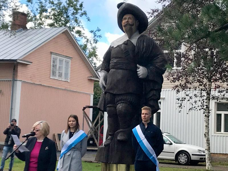 Kuningas Kustaa II Adolfin patsas on veistetty puusta.