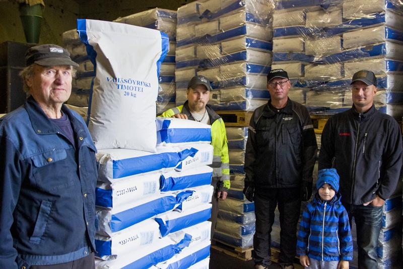 Aaro Vähäsöyrinki, Erkki Vähäsöyrinki, Jarmo Savola sekä Antti ja Aleksi Vähäsöyrinki odottavat, että oman kylän heinänsiemen saadaan pian matkaan kohti Saksaa.