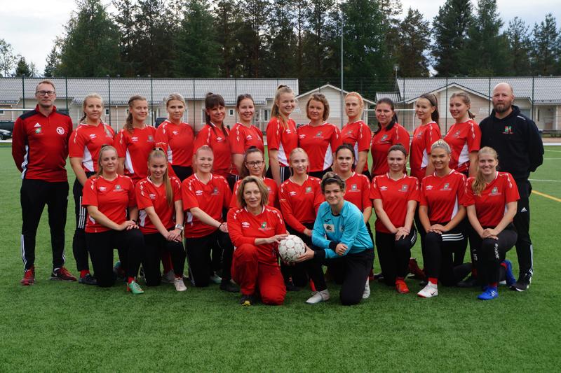 FC-92:n nousun saavuttanut naisjoukkue vieraanaan nimikoidun pelipaidan saanut kaupunginjohtaja Päivi Karikumpu.