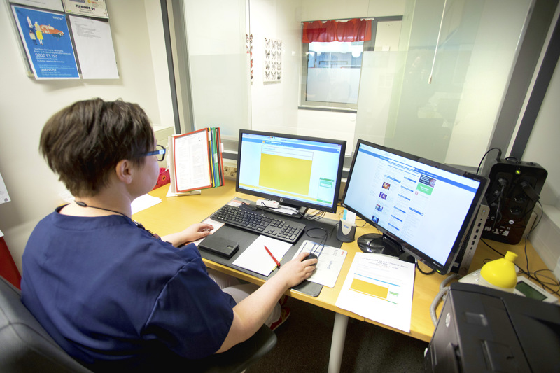 Sairaanhoitaja Anne Niemelä käytti chat-lääkäriä apuna työssään.