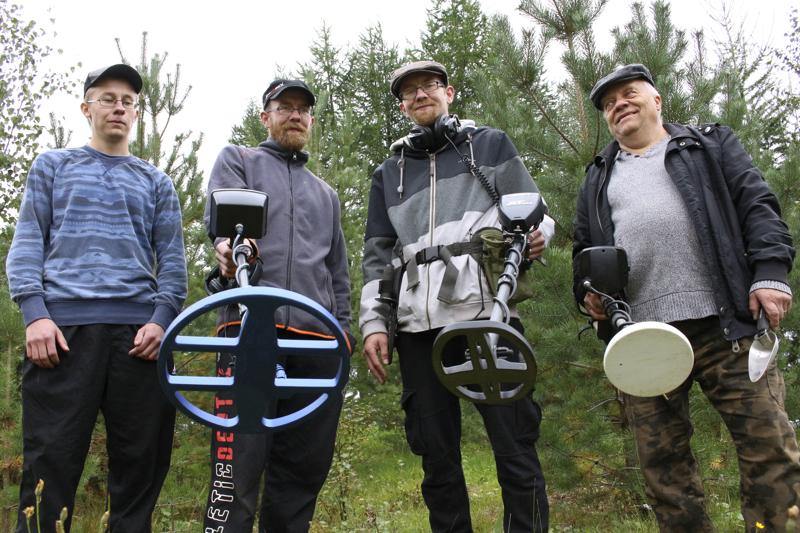 Lehtolan perheelle metallinetsintä on hauska harrastus. Joose (vas.), Jani, Joni ja heidän isänsä Pauli käyvät etsintäretkillä yhdessä tai kaivavat vanhoja kolikoita omilta pihoiltaan.