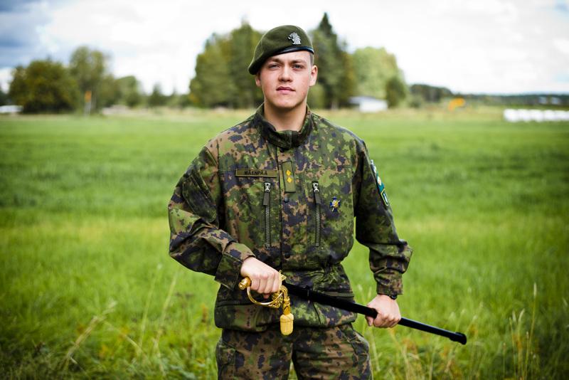 Upseerimiekka on jaettu reserviupseerikurssin priimukselle vuodesta 1946 alkaen. Arsi Mäenpään saama miekka lienee ensimmäinen Nivalaan tullut.