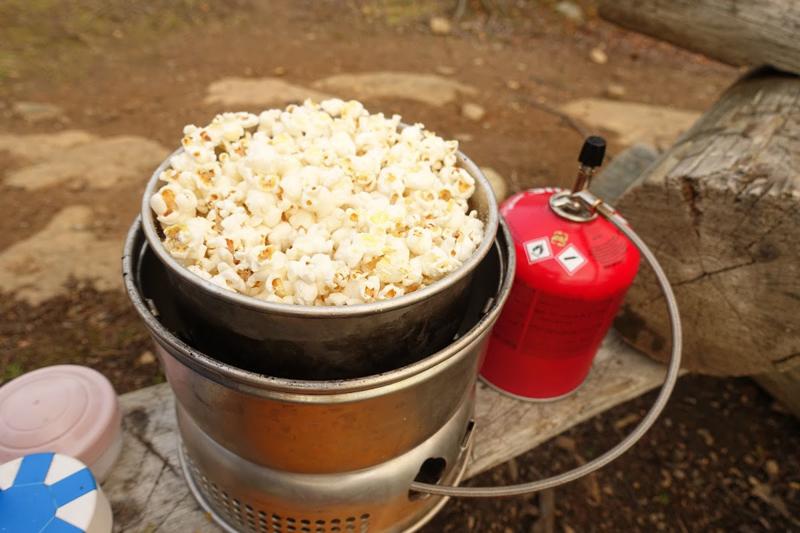Vaelluksilla on lupa herkutella. Perinteiset popparit syntyvät helposti trangialla voin tai kookosöljyn kera.