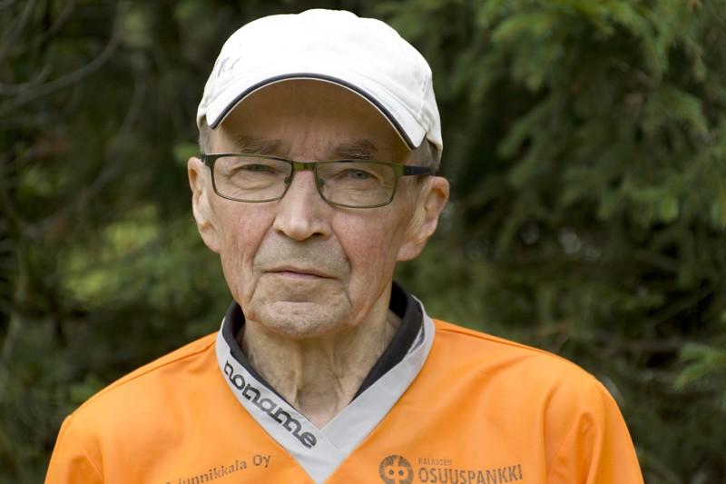 Yli 80-vuotias Kalevi Puusaari kiertää yhä kisoja aktiivisesti.