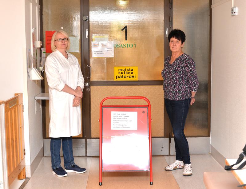 Toimintaohjeita löytyy terveyskeskuksesta miltei kaikkialta minne silmänsä kääntää. Vuodeosaston oven edestä löytyy ehkä kaikkein suurin niistä, Marja-Riitta Knaappila ja Jaana Hynninen näyttävät.