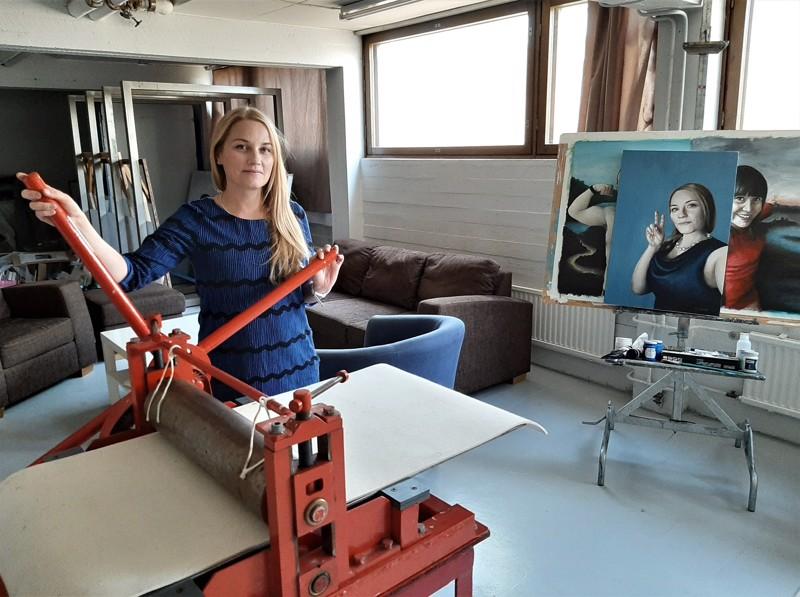 Anni Laukka iloitsee tilavasta työhuoneestaan, jossa kunniapaikalle pääsi grafiikan prässi. Telineeltä katselee omakuva, joka on tehty akryylillä.