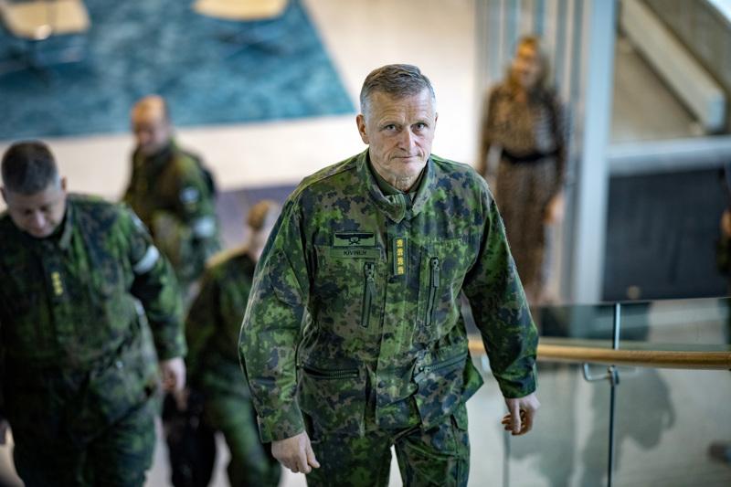 Kenraali Timo Kivinen saapumassa mediatilaisuuteen Port Towerissa.