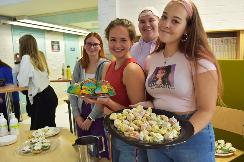 Anna Pold, Kaisla Koskela, Martta Vähäaho ja Valtteri Spring lukion opiskelijakunnan hallituksesta puuhasivat koululle oman pride-tapahtuman.