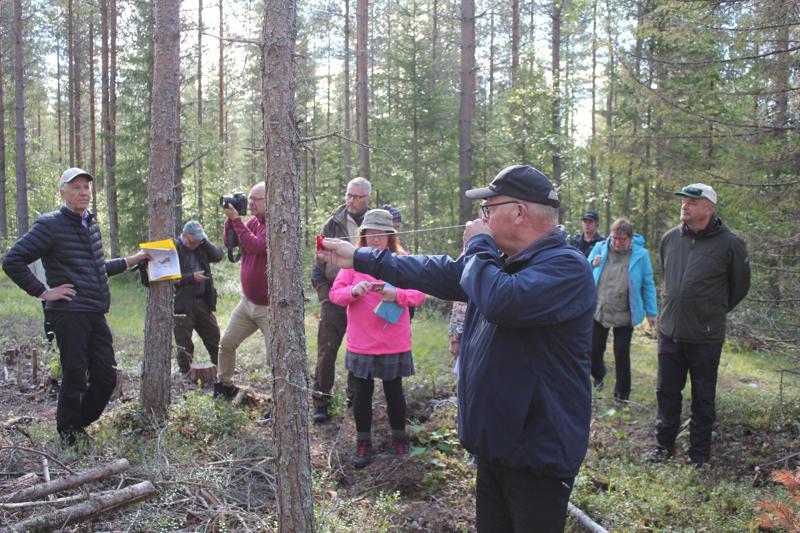 Metsäalan termit ja välineet kiinnostavat. Mitä tarkoittavat kuvio ja motti? Miten toimii relaskooppi? Juhani Saarikoski esittelee relaskoopin käyttöä. Vasemmalla Timo Kujala, oikealla Mika Nieminen.