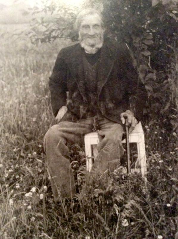 Hokkarannan torpassa eli mylläri Sefanias Tainio.  Tämä kuva on otettu 1924 hänen 90 vuotispäivänä. Hänen tuoransa oli sodat Gran Pohjanmaan rykmentin Lohtajan komppaniasta. Hänen isänsä oli Samuel Gran Tainio, joka jäi orvoksi 7 vuotiaana, kun Suomen sodan aikana 1808-1809 molemmat vanhemmat kuolivat.