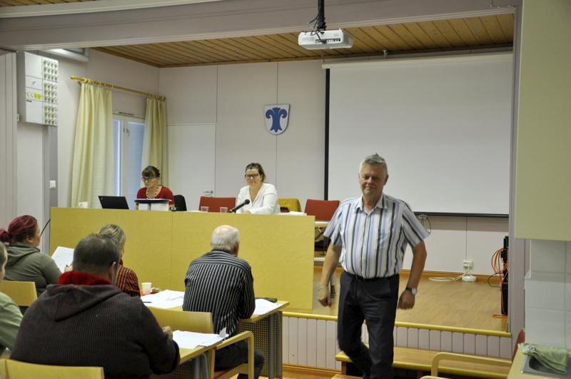 Kunnanjohtaja Esko Ahonen (oikealla) poistui Lestijärven valtuustosalista eläköitymispykälänsä käsittelyn ajaksi.