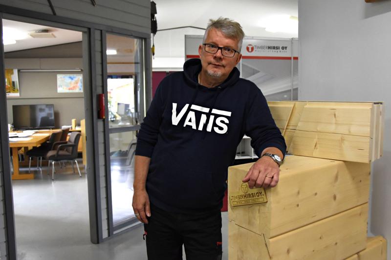 Timber-Hirren toimitusjohtaja Onni Timlinin mielestä julkisessa rakentamisessa pitäisi rakennusten elinkaariodotteeksi asettaa 150 vuotta eikä 50 vuotta kuten nyt tehdään.