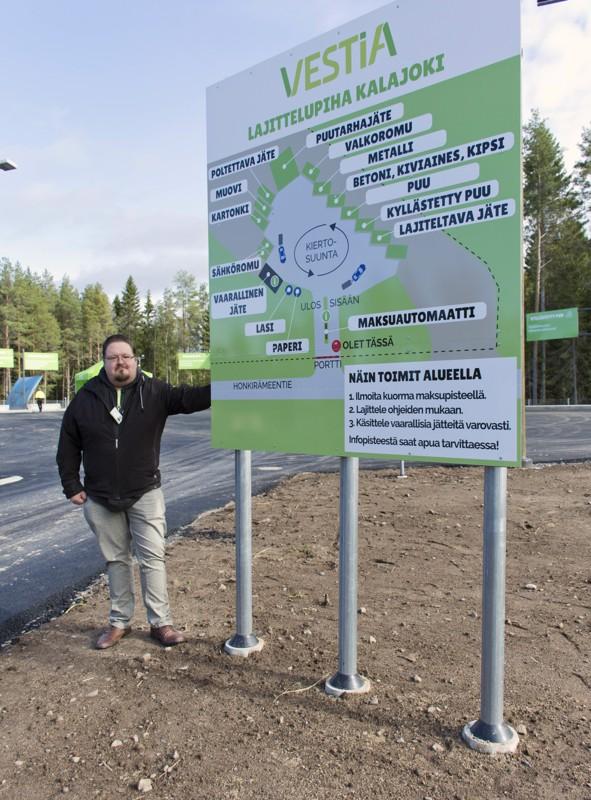 Uusi opastetaulu kertoo selkeästi mihin jätteet pitää viedä, esittelee toimitusjohtaja Olavi Soini.