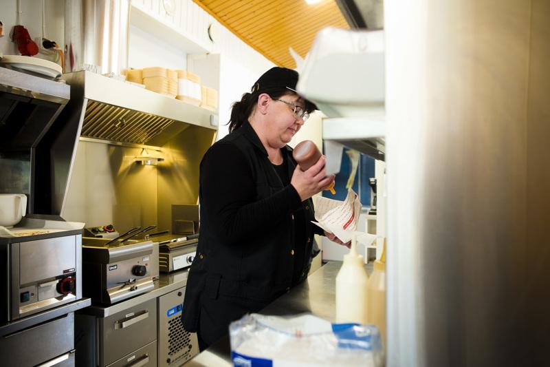 Marika Pääkkö työskentelee myyjänä äitinsä Marja-Liisa Pääkön avaamassa uudessa grilli-kahviossa.