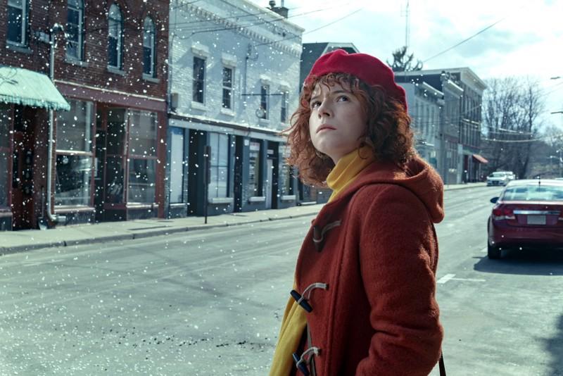 Nuori nainen (Jessie Buckley) valmistautuu talviselle automatkalle tuoreen poikaystävän kanssa Charlie Kaufmanin elokuvassa.
