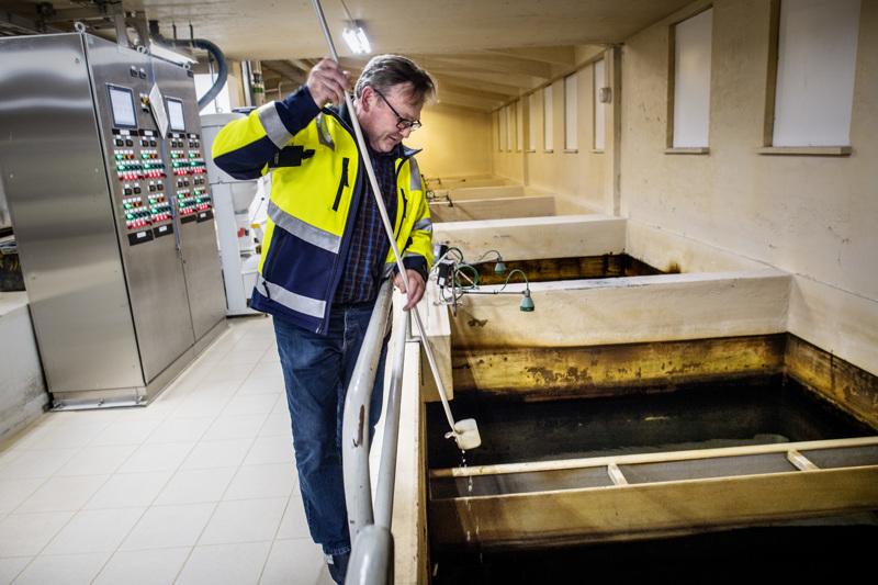 Kokkolan Veden vesilaitosjohtaja Esa Jokela maistelee vedenpuhdistamolta runkoverkkoon lähtevää talousvettä.
