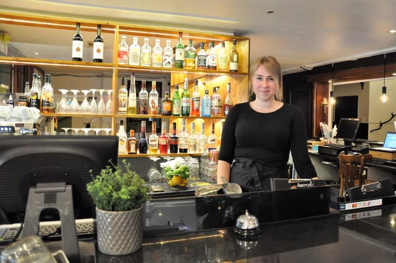Maija Hankonen pitää monipuolisuudesta työssään. Hän työskentelee niin vastaanotossa kuin baaritiskin takana ja hoitaa aamiaistarjoiluakin.