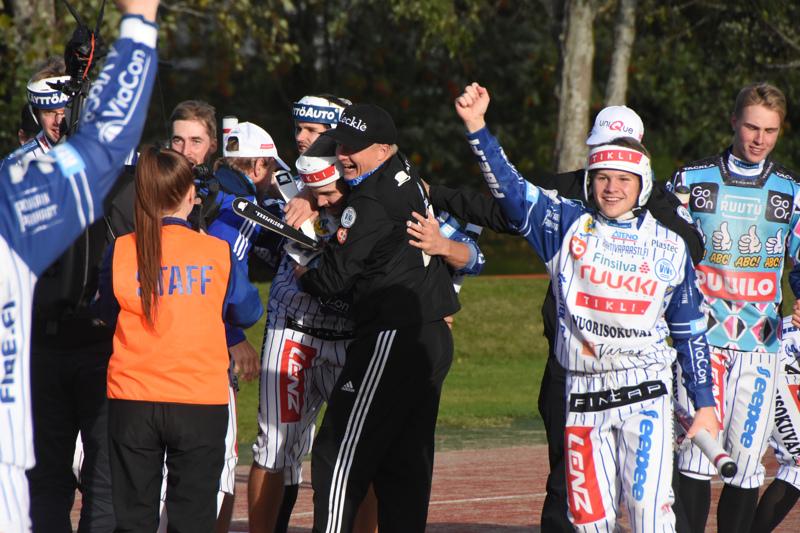 Toinen välierä päättyi Vedon juhliin hurjan nousun jälkeen. Pelinjohtaja Markku Hylkilä ehti kolmospesälle rutistamaan ratkaisija Matias Rinta-ahoa.