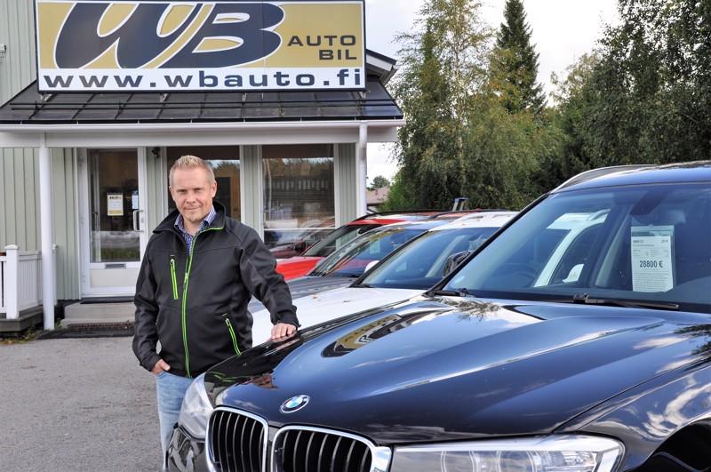 Markus Brännströmin mielestä on hyvä, että autot ovat pihalla asiakkaiden nähtävillä myös iltaisin ja viikonloppuisin.