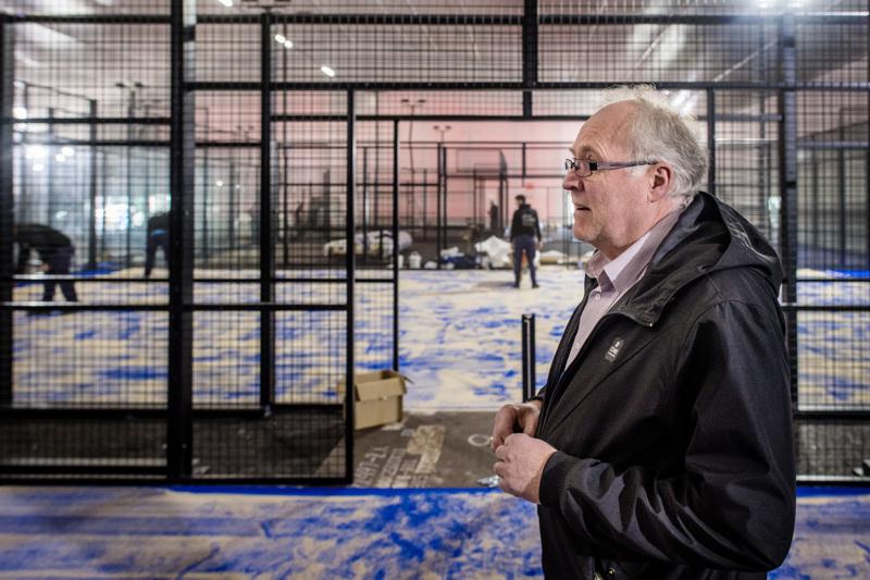 Hallivastaava Tom Bjon entisen Håkin hallin tiloissa, jonne Espanjasta tulleet työntekijät viimeistelevät pelikenttiä kuntoon.