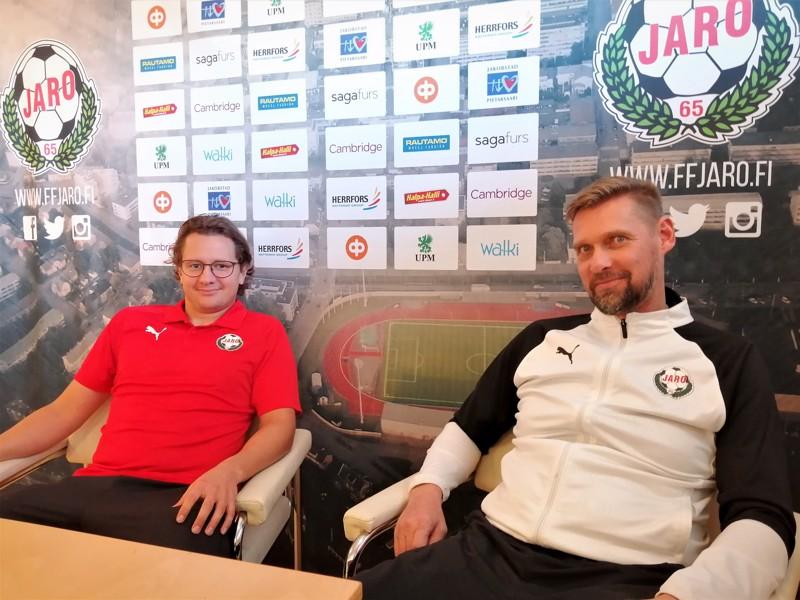 Keskikenttämies Markus Kronholm ja päävalmentaja Niklas Käcko olivat aavistuksen velmulla tuulella Jaron lehdistötilaisuudessa.
