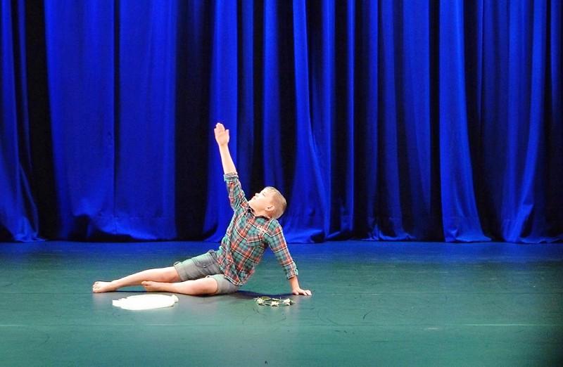 Vertti Torvikosken tanssima teos Yksinäisen keijun tarina kuvattiin Kulttuurikeskus Akustiikan näyttämöllä ja lähetettiin valtakunnallisen arviointiraadin tarkasteltavaksi.