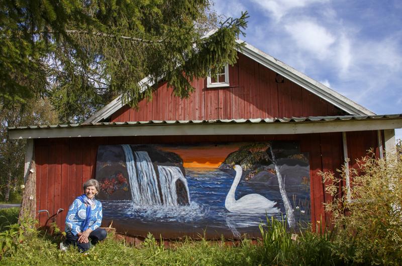 Maija-Liisa Sorvarin aitan päädyssä komeilee kesän satona hänen luonnontunnelmainen maalauksensa.