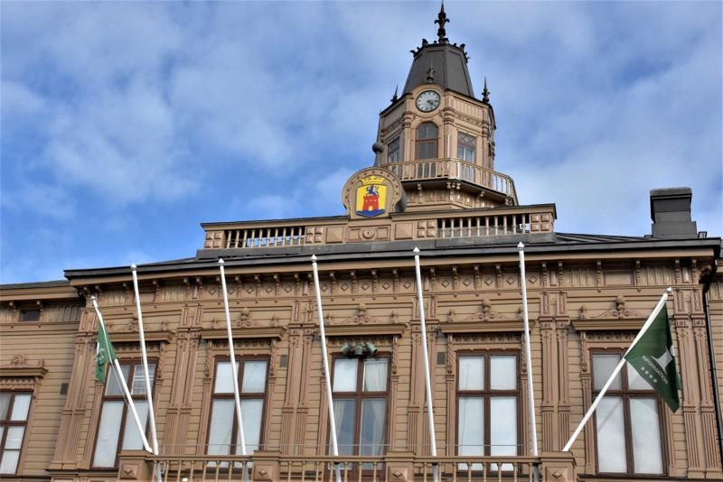 Raatihuoneelle palaava kaupunginvaltuusto joutuu ensi maanantaina käsittelemään miljoonaluokan säästöjä. Talousarviokehys pitää sisällään myös veronkorotuksia.