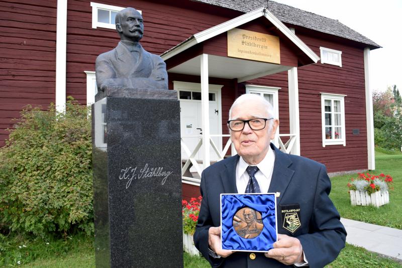 Juha Eronen on saanut K.J. Ståhlbergin taidemitalin elämäntyöstä Ståhlbergin lapsuudenkodin vaalimisessa.