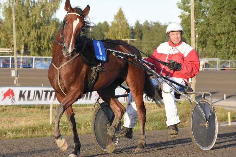 Pekka A Ylitalo palasi voittajaesittelyyn Bellukan kanssa.