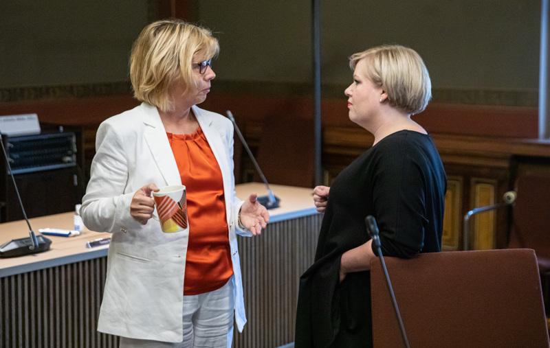 Oikeusministeri Anna-Maja Henrikson ja tiede- ja kulttuuriministeri Annika Saarikko kävivät keskusteluja Säätytalossa tiistaina.