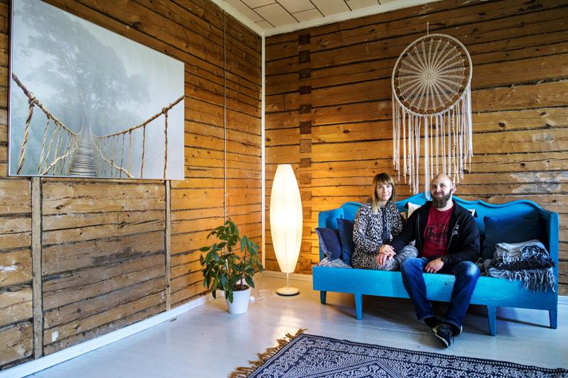 Asemapäällikön talossa kaikki  huonekalut ovat tavalla jos toisella kierrätettyjä Annukka ja Jouni Salmelan periaatteen mukaan. Sininen sohva on Jounin isältä.