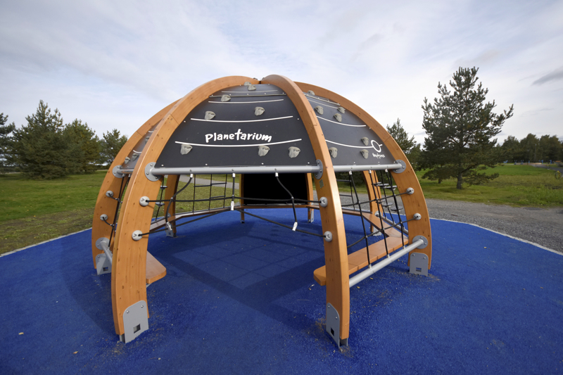 Leikkipaikan yhteyteen on tullut kupolimainen planetaario.