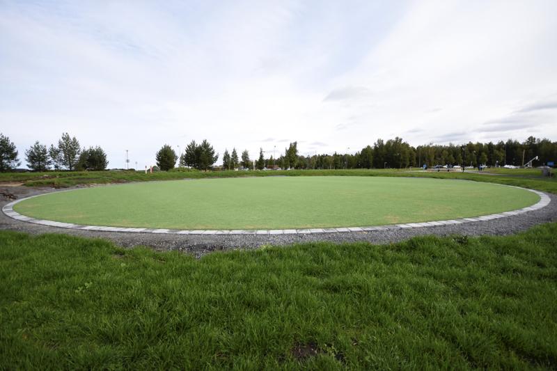 Keskellä puistoa on kraatterimainen keinonurmialue.