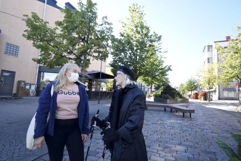 Satu Honkaluoma ja Elina Korin käyvät säännöllisesti kävelyllä kaupunkikeskustassa.