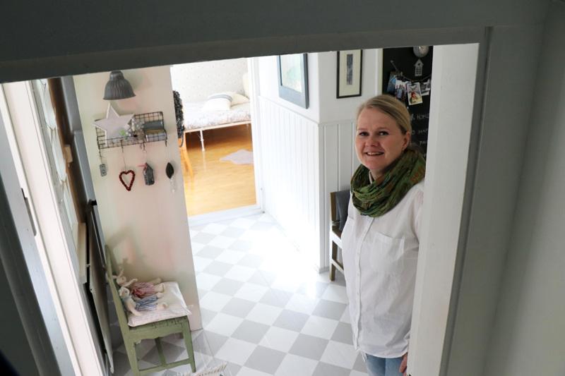 Vapaa-aikana Aila Leponiemi nauttii kodin laittamisesta. Esimerkiksi eteisen puulattian ruudukon hän on maalannut itse.