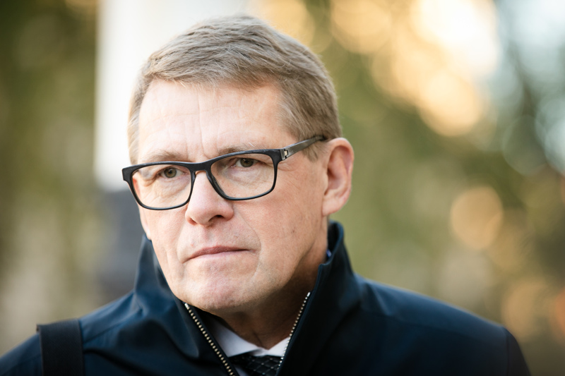 Valtiovarainministeri Matti Vanhasen (kesk.) mukaan ensi vuoden budjetin alijäämä on 10,7 miljardia euroa. Alijäämää nostavat kaikki koronatoimet, Veikkaus-tuottojen paikkaaminen ja kuntien tukeminen.