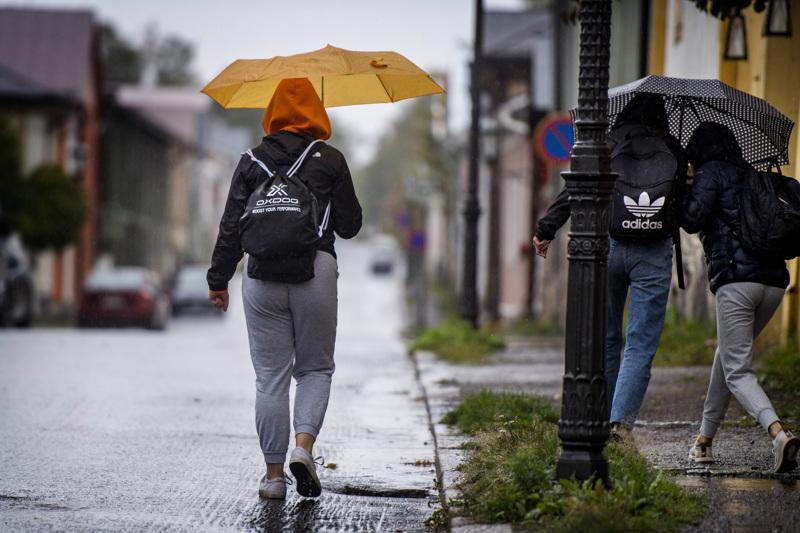 Sade piiskaa Pormestarinkatua ja jalankulkijoita Kokkolassa keskiviikkona aamupäivällä.