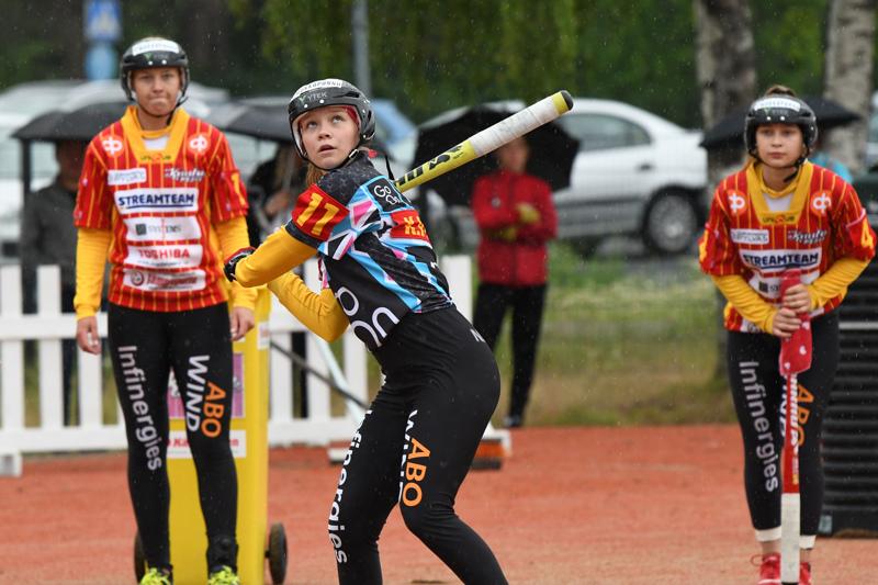 Kaisa Pylväs palkittiin Kuulan B-tyttöjen kehittyneimpänä pelaajana. Pylvään lyöntiä seuraamassa taustalla vasemmalla Lilian Koskela ja oikealla Nina Jutila.