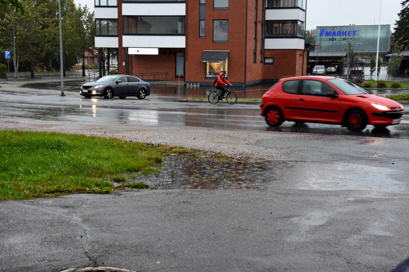 Haapaveden raitilla oli keskiviikkona iltapäivällä vetistä. Sateen ennustetaan jatkuvan katkeamattomana torstaiaamuun asti.