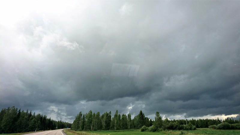 Myrskyrintama iskee illan aikana jokilaaksojen alueelle.