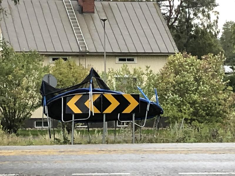 Pietarsaaressakin myrskytuuli kuljetti trampoliinia.