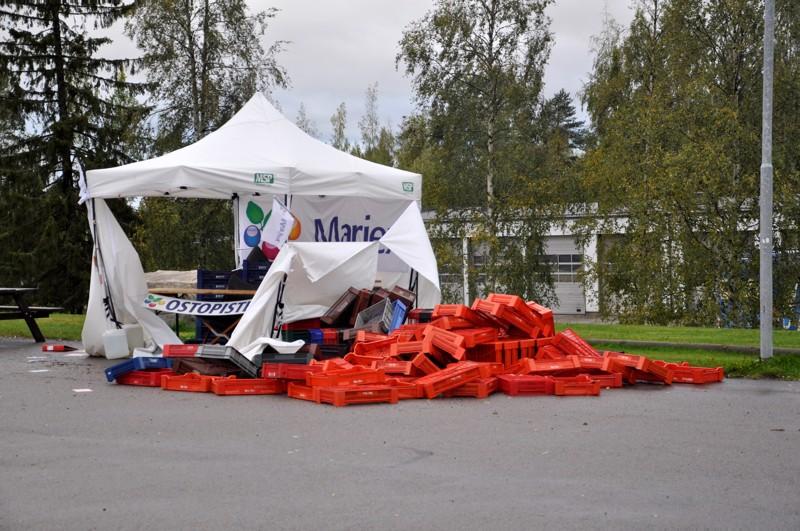 Tuulituhoja Toholammilla. Aila-myrsky iski marjanostopisteen telttaan Toholammin keskustassa.
