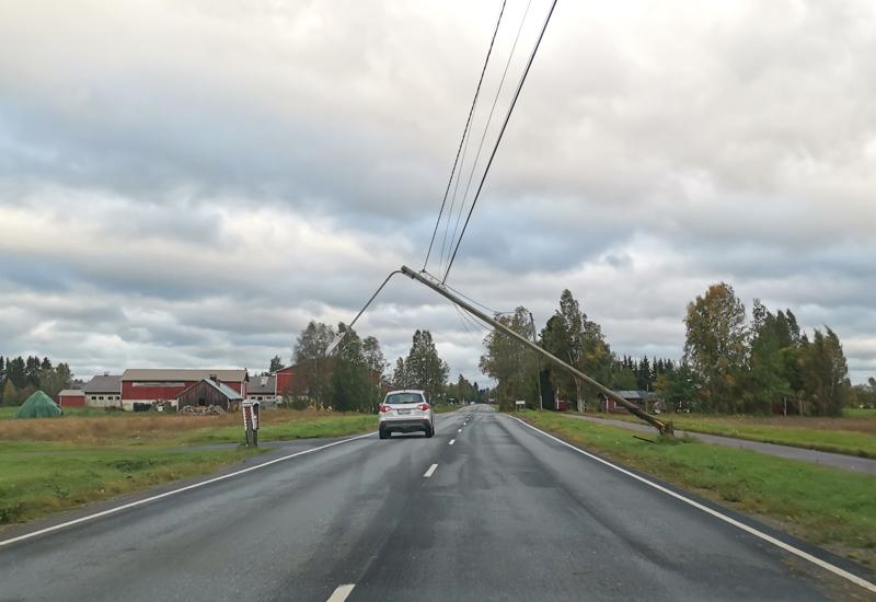 Kalajoen Pitkäsenkylällä myrsky oli kaatanut valaisinpylvään melkein tielle.