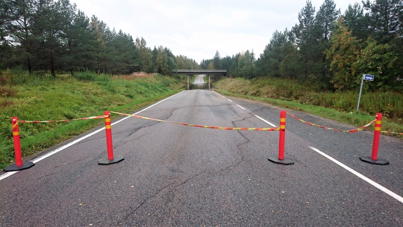 Amiraalintien alikäytävä Oulaisten Törmäperällä tulvi torstaina aamuyöstä. Vielä aamulla tie oli poikki Pohjanmaan radan alla.