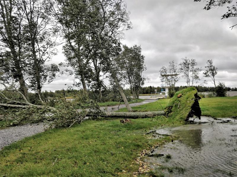 Yön aikana kovin tuulen puuskan nopeus mitattiin Pietarsaari Kallanin havaintoasemalla. Tuulen puuskan nopeus oli 35,3 metriä sekunnissa. Vesilammikoissakin väreili vielä aamulla