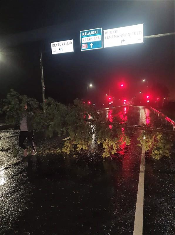 Puu oli kaatunut Ylivieskassa valtatie 27:lle kohdassa, josta käännytään teollisuusalueille. Puu haittasi liikennettä Nivalasta päin tultaessa.