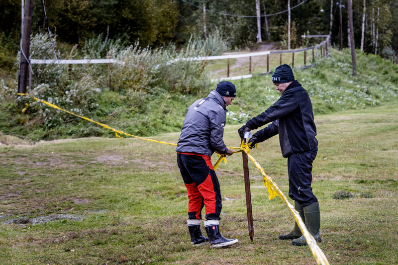 Antti Tuukkanen ja Jaakko Suomu tarkastivat maastopyöräilyn SM-puitteita myrskyn jäljiltä. Kaikkiaan SM-kisojen järjestelyihin tarvitaan noin 20 gif-läistä.